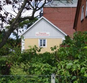 Bilden visar ett gult hus.